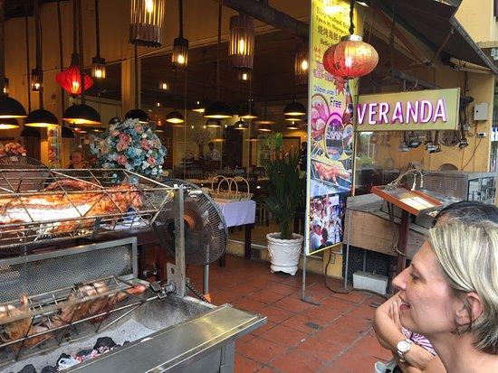 Veranda Restaurant: Немного подумав, мы зашли в ресторан