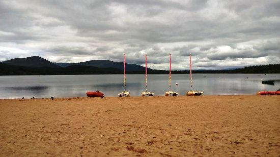 Aviemore, UK: Loch Morlich mit kleinen Segelbooten und Surfbrettern