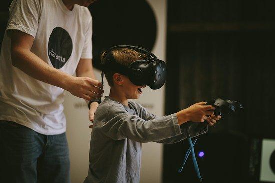 Ист-Линтон, UK: Child using the virtual reality headset.
