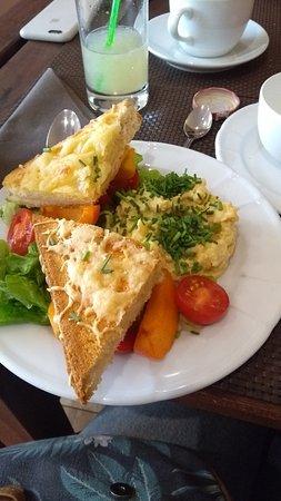 Antony, ฝรั่งเศส: Oeufs brouillés et croque-monsieur végétarien/