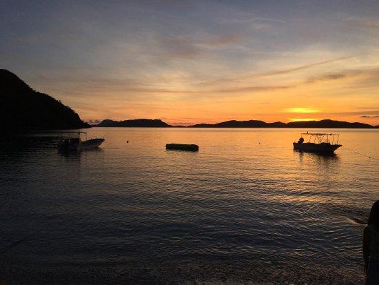 Tokashiki-son, Japón: 宿とビーチが近い点は最高のロケーション。外国人も少しはいて、スタッフは平均年齢低め。海は透明度が高く、砂は細かい。魚が沢山いて遠浅な地形なので、幼児から大人まで楽しみやすい海です。