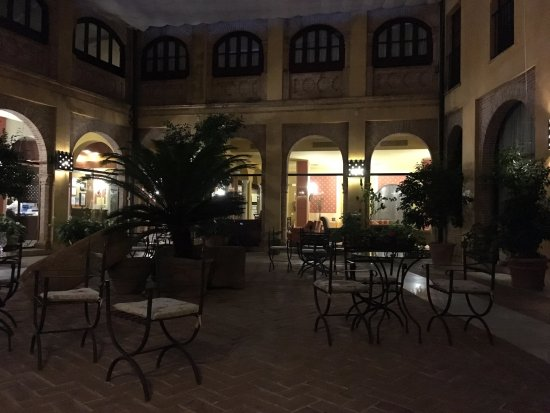 Alcazar de la Reina Hotel: patio interior cubierto