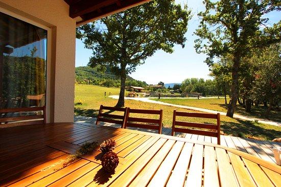 Vue d'une villa sur le domaine, journée ensoleillée Vayamundo L'Espinet Quillan