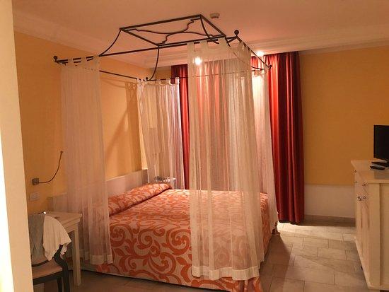 Camera con letto a baldacchino e bagno - Picture of Lu\' Hotel ...
