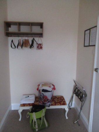 Taunton, UK: Entrance to room on right. Bath room on left. Taken from side of bed.