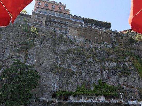Grand Hotel Ambasciatori: Blick vom Wasser zum Hotel
