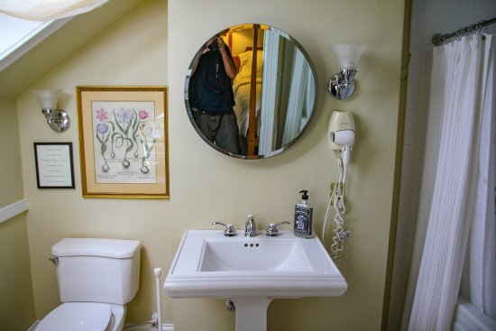 Burlington's Willis Graves Bed and Breakfast Inn: Thomas Room Bathroom