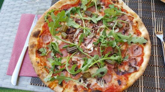 Cuglieri, Italia: pizza met worst, ham bleekselderij en rucola