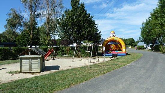 Les Rosiers sur Loire, France: speeltuintje en snelweg ernaar toe