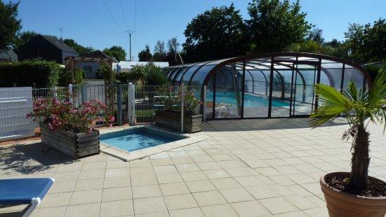 Les Rosiers sur Loire, Prancis: Overdekt zwembad superwarm en chloorlucht