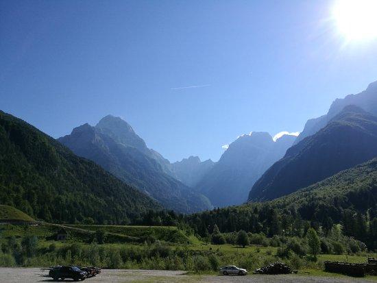 Log pod Mangartom, Σλοβενία: Hotel parking lot