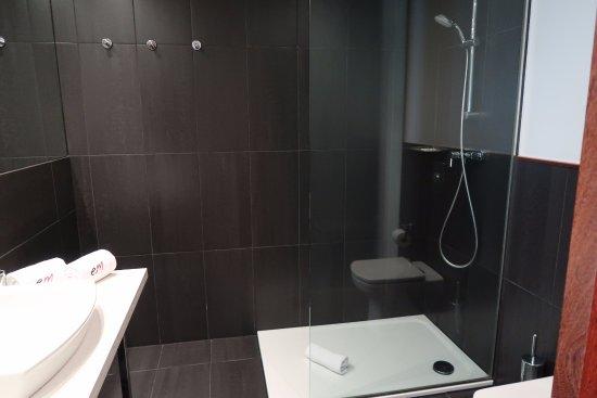 โรงแรมวิลล่าเอมิเลีย: Moderne, ruime badkamer