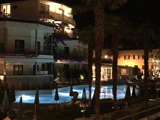 Hotel Royal Village: La piscine vue le soir