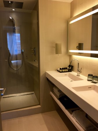 La Defense, Frankrig: Bathroom with rain shower, robe and slippers
