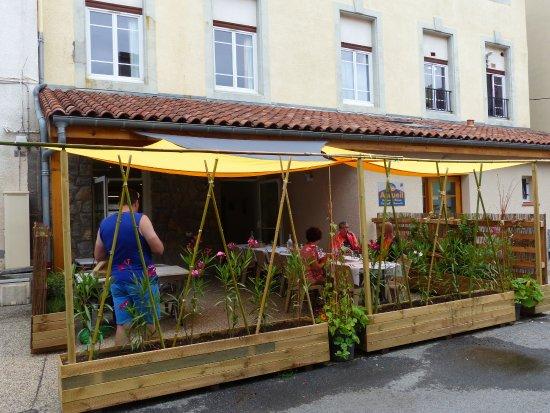 Foix, France: La nouvelle terrasse d'été de la Table du Léo avec jardin d'aromatiques et potager  est prête po