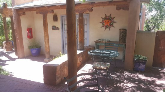 El Farolito B&B Inn: Courtyard out side room #7. Great location.