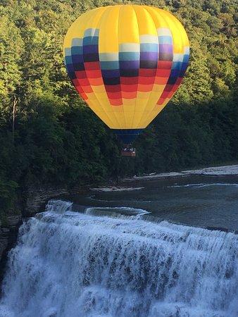 Glen Iris Inn: Balloon over the middle falls outside the hotel.