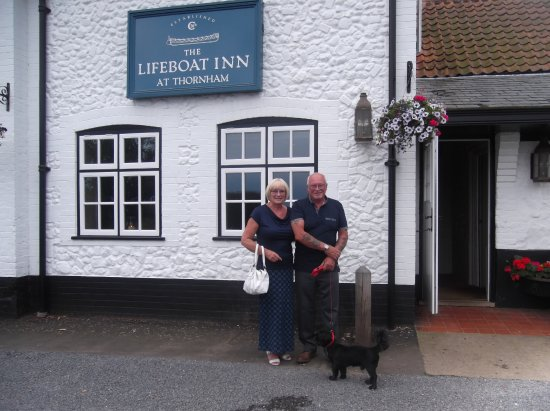 Thornham, UK: Ready to go in for dinner after taking dog for his walk