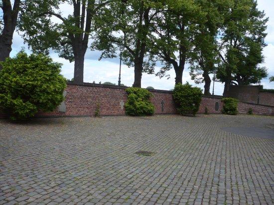 North Rhine-Westphalia, Germany: Die Kirch-Hof-Wand mit den eingemauerten Grab-Steinen.