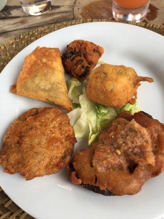 Aubagne, Francia: Assortiment de beignets pour l'entrée, daube de fruits de poulpe et calamars en plat et beignets