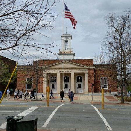 Chapel Hill, NC: Vue de l'autre côté du boulevard