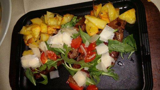 Massafra, Italy: Tagliata di Manzo podolico condita con rucola e pomodorini.