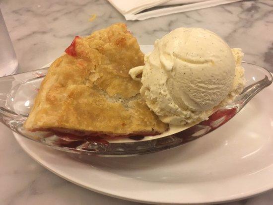 Fentons Creamery and Restaurant: cherry pie a la mode