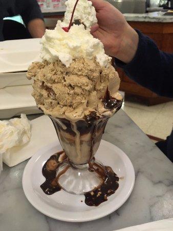 Fentons Creamery and Restaurant: Black & Tan sundae (half size)
