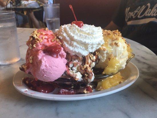 Fentons Creamery and Restaurant: banana split sundae