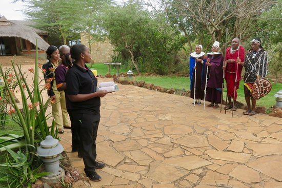 Escarpment Luxury Lodge : Greeted by staff and Maasai