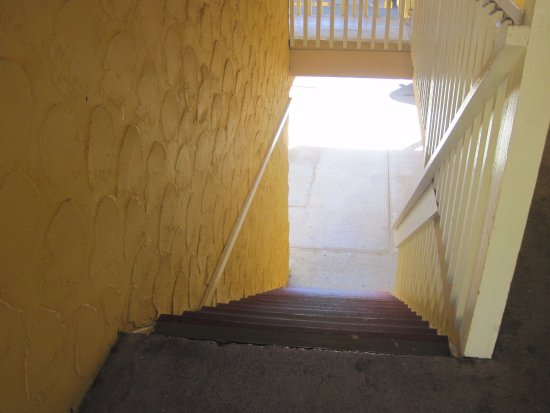 Esquimalt, Canadá: stairs to second floor - building one