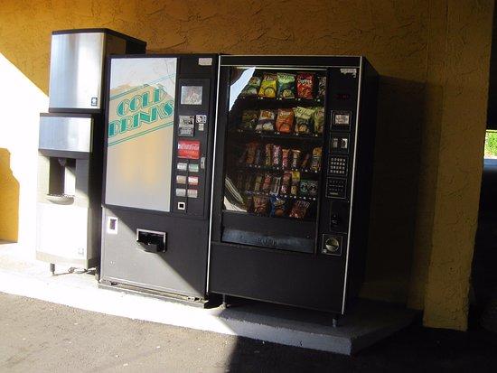Esquimalt, Canada: vending and ice machine near lobby
