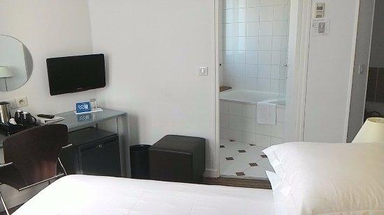 Hotel Albe Saint Michel: Bathroom, desk and fridge