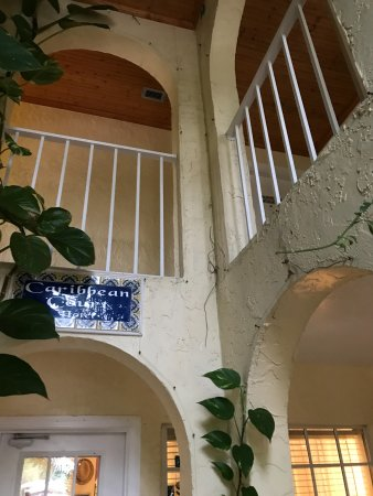 The Caribbean Court Boutique Hotel: entrance to lobby