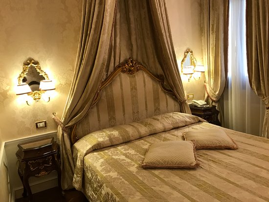 Hotel Canal Grande: Pristine sheets, lovely room!