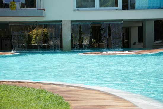 Dive Into The Refreshing Lagoon Pool Bild Von Color