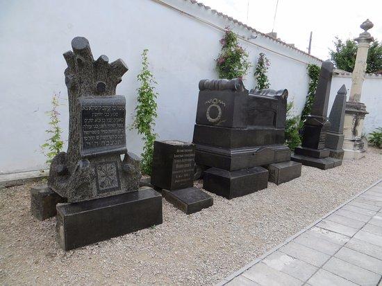 Фото каменных надгробий из черного гранита удивление