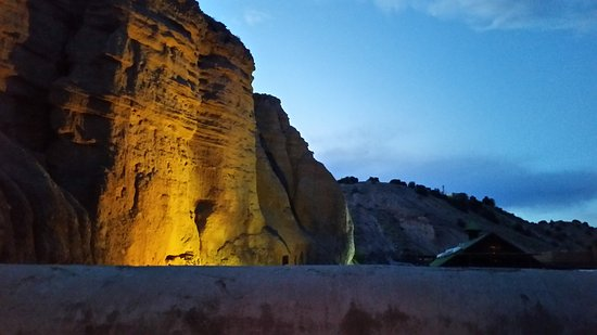Ojo Caliente, Nowy Meksyk: Cliff at night