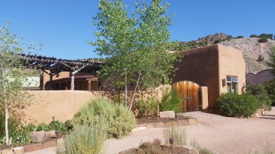 Ojo Caliente, Nowy Meksyk: Grounds near Front Desk and entrance to public area