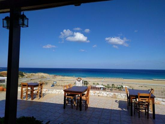 Panorama Hotel : Blick von der Taverne zum Strand