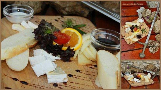 Valtice, Republika Czeska: Delikatesní sýrové prkénko s francouzskými a holandskými sýry s dresingem a bagetkou