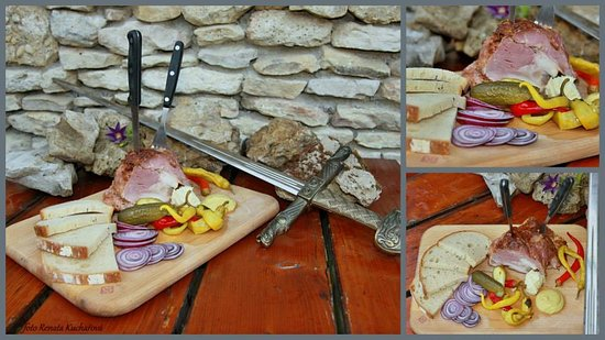 Valtice, Republika Czeska: Marinované pečené vepřové koleno, cibule, okurek, kozí rohy, křen, hořčice a chléb