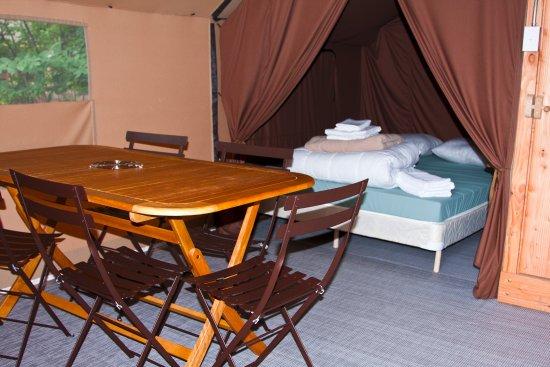 คอนเวย์, นิวแฮมป์เชียร์: Tent interior are large and include two sleeping areas accomodating five people, a dining area,
