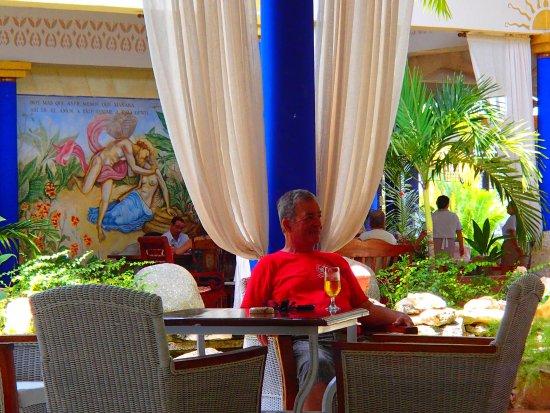 Paradisus Rio de Oro Resort & Spa: Lobby bar area