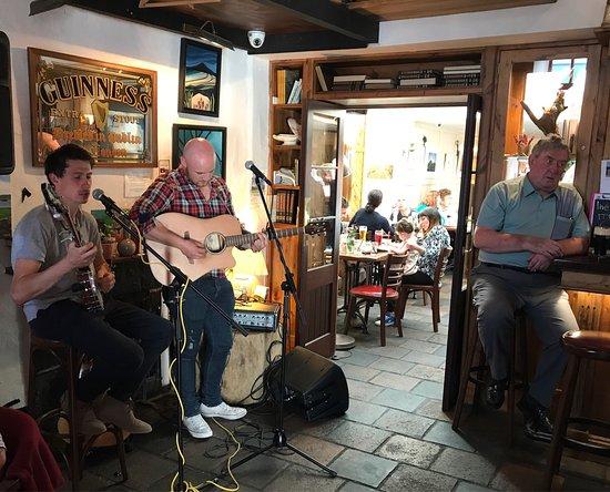 Oughterard, Ιρλανδία: En skøn juli-aften med levende musik.