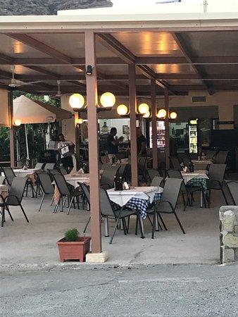 Агия-Фотия, Греция: Une taverne sur 1 plage magnifique ... Les places sont rares sur le parking mais si vous voulez