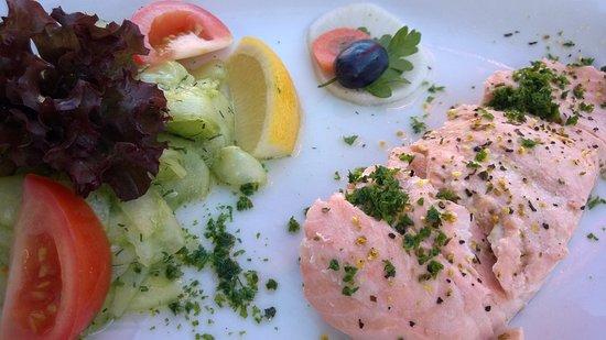 Lobbe, Tyskland: Fitness-Salat mit Lachs