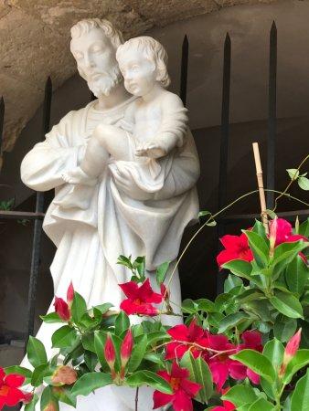 Cotignac, Frankrike: Estatua de San José, donde los peregrinos ponen a sus pies, sus peticiones y agradecimientos.