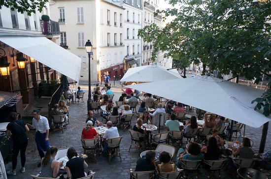 Relais De La Butte: The restaurant terrace, from Place Emile-Goudeau.