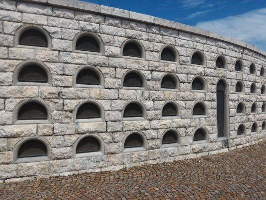 Crespano del Grappa, อิตาลี: Túmulos de soldados